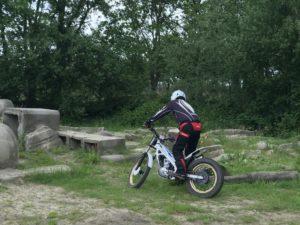 Motortrialist rijdt in Schijndel