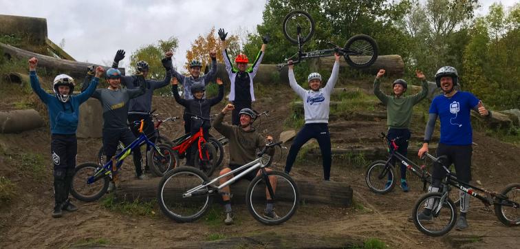 10 fietstrialisten poseren voor een groepsfoto